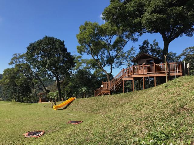 梅居休閒農場的大草皮,可供孩子遊玩。(攝影/朱孝貞)
