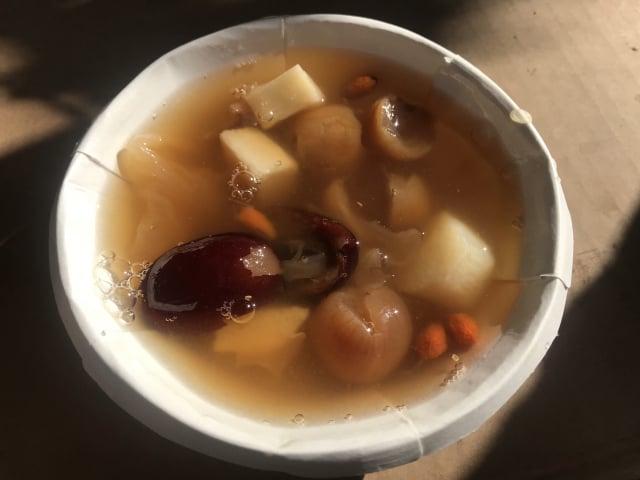 銀耳桂圓山藥紅棗甜湯。(攝影/朱孝貞)