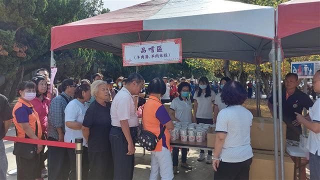 民眾迫不及待的排隊要品嘗道地羊肉湯、羊肉米糕。(攝影/藍星)