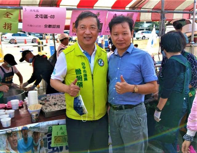 臺中市議員曾朝榮(左)認養兩個攤位,販賣總所得將全數捐出。