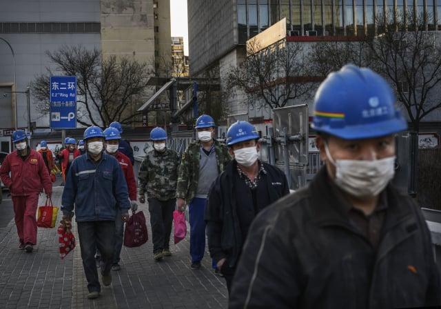 在5~10年內,中國將有8~10兆的養老金缺口,且缺口正在擴大。圖為中國勞工。(Kevin Frayer/Getty Images)