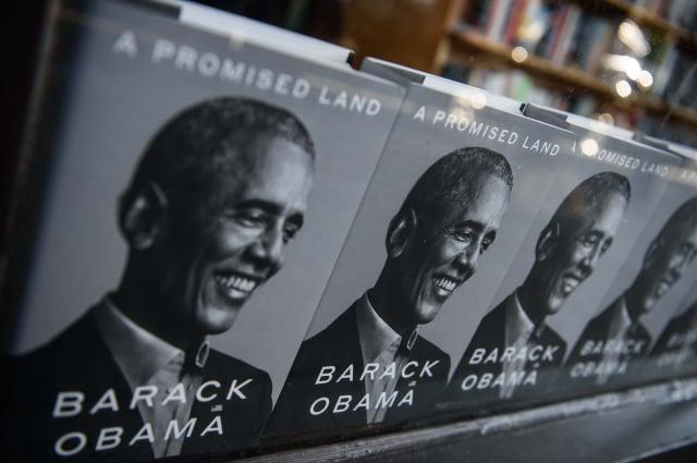 2020年11月17日,美國前總統巴拉克.歐巴馬(Barack Obama)的新書在華盛頓一家書店出售。(Nicholas Kamm / AFP via Getty Images)