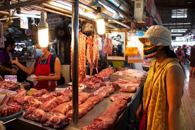 傳統市場的肉品沒有溫度管理,肉質相對容易變質。(Shutterstock)