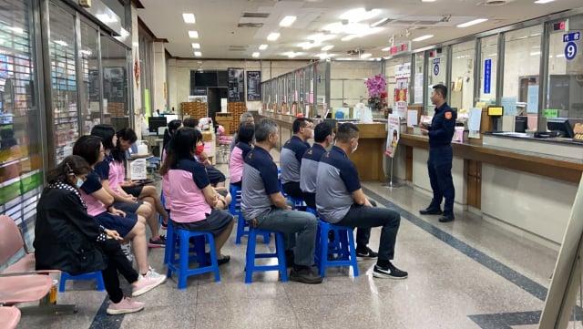 田中警分局人員在金融機構宣導防詐騙宣導。(田中警分局提供)