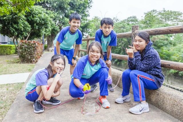 桃園忠福國小孩子一起研發「取水小精靈」。(黑松教育基金會提供)