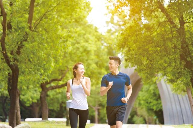 陣發性動作誘發型肌張力異常症」典型的症狀是當患者突然改變動作,多數患者是家族顯性遺傳,但也有偶發型的個案。(123RF)