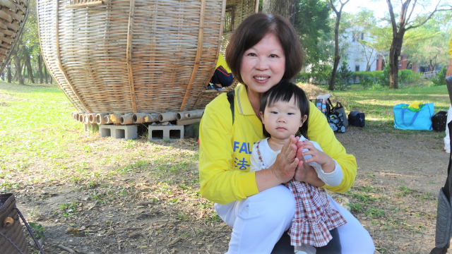 子真帶著小孫女一起雙手合十,「恭祝師尊新年快樂!」