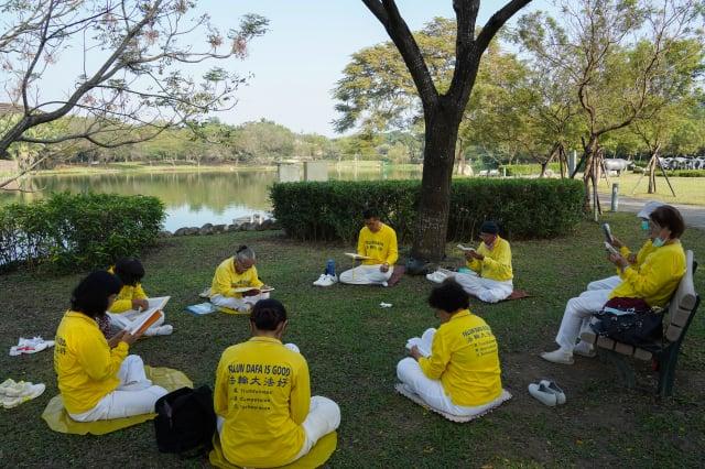 屏東法輪功學員在六堆客家文化園區向法輪功創始人李洪志大師拜年後,分組學法。