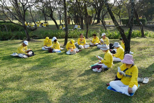 屏東法輪功學員在六堆客家文化園區向法輪功創始人李洪志先生拜年後,分組學法。