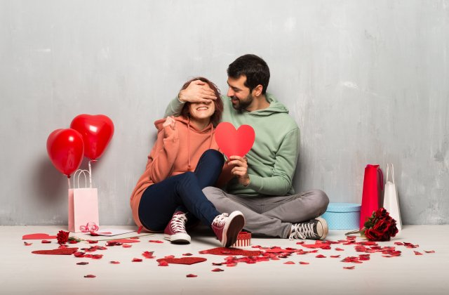 兩人相處,有情緒時彼此先退一步,冷靜一下再溝通,感情才能持久。(123RF)
