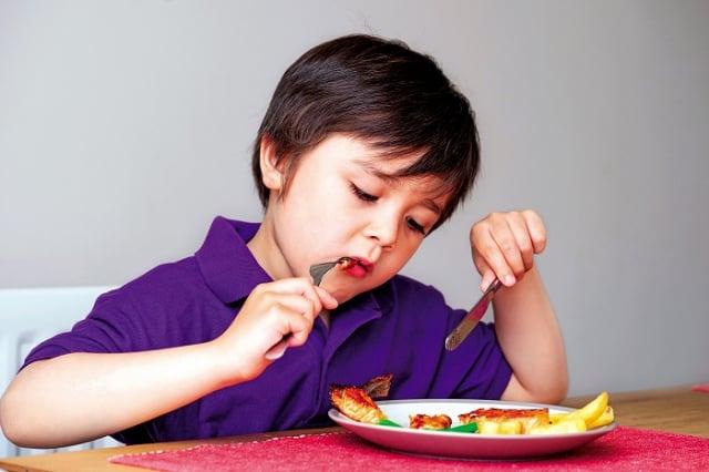 家長如果發現孩子拉油,建議就醫前多詢問進食內容,以提供醫師參考,也可縮短看診時間。(Shutterstock)