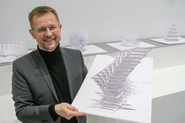 德國紙藝工程師彼得.達門與其作品。
