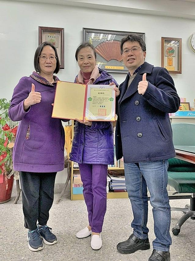 左起碧湖國小輔導主任石惠玲、新唐人李宜芳、學務主任陳詩添合影。