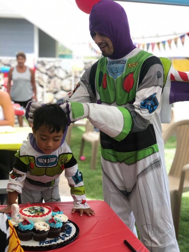 迪亞斯在3歲小孩的生日聚會上扮成玩具總動員裡的巴斯光年。(由卡瑪卡‧迪亞斯提供)
