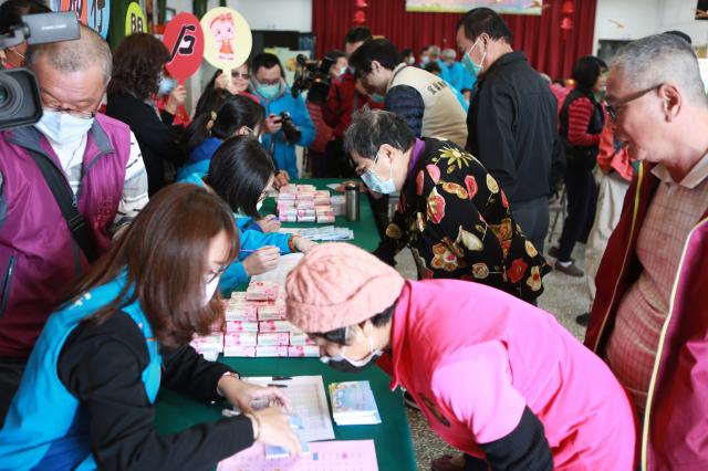 吳沙社區民眾到社區活動中心辦理兌換存摺。