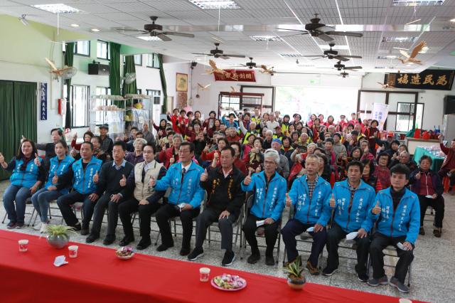 礁溪鄉長張永德(前排中)、6個社區理事長及吳沙社區鄉民。