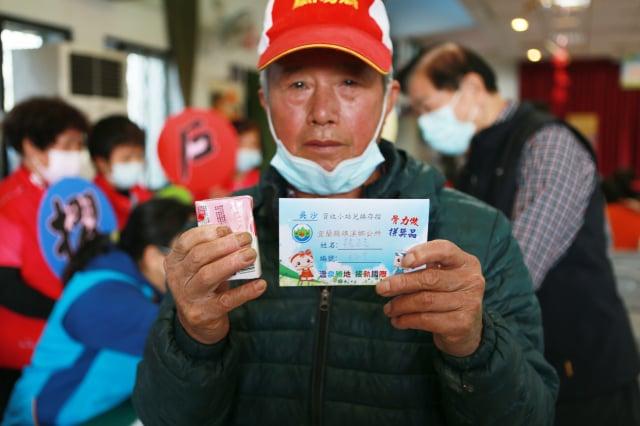 吳沙社區民眾魏先生到社區活動中心辦理兌換存摺,表示會拿更多的回收資源來兌換。(記者曾漢東/攝影)