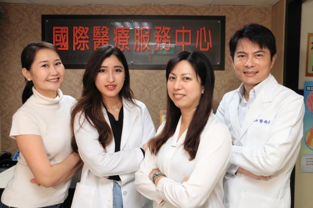 黎雨青醫師(右一)與員榮國際醫療部團隊合照(員榮醫院提供)