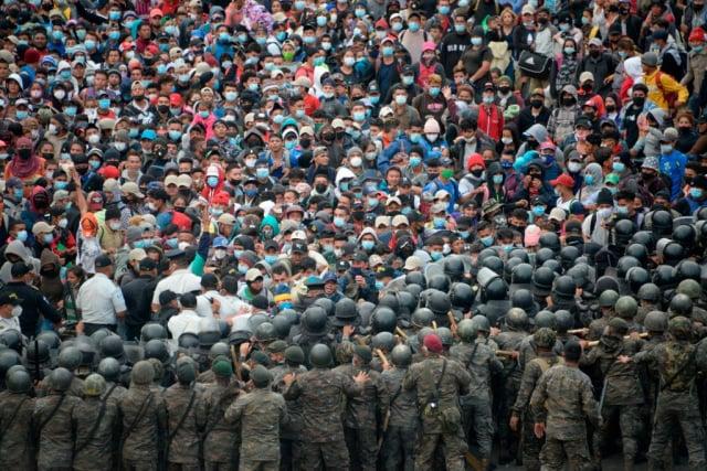 數千名來自宏都拉斯的非法移民,1月17日與瓜地馬拉安全部隊爆發衝突。(JOHAN ORDONEZ/AFP via Getty Images)