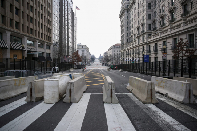2021年1月15日,華盛頓街道上布置了額外的安全屏障。(記者Charlotte Cuthbertson/攝影)