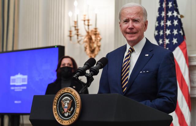 2021年1月22日,美國總統拜登(Joe Biden)在位於華盛頓特區的白宮州餐廳(State Dining Room),回應Covid-19(中共病毒引發的疾病)相關問題。(NICHOLAS KAMM/AFP via Getty Images)