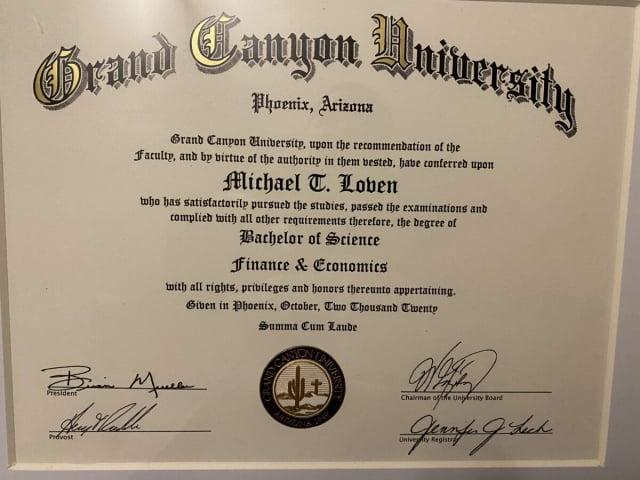 邁克的大學畢業證書。(邁克提供)