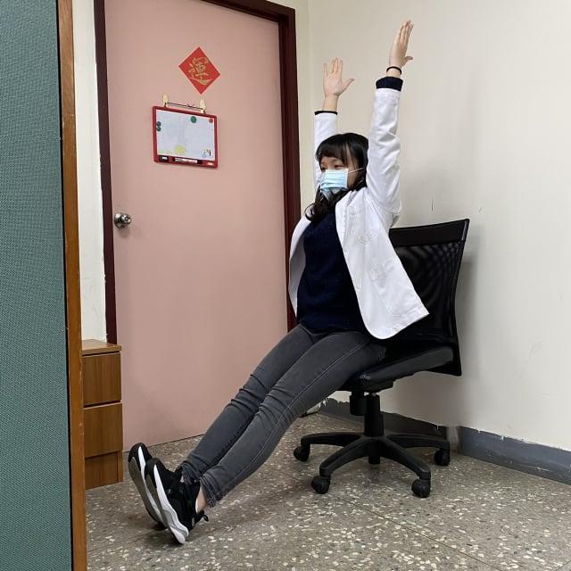 坐姿與腰部背部之肌肉伸展,雙手向上挺直。(衛福部八里療養院職能治療科主任張自強提供)