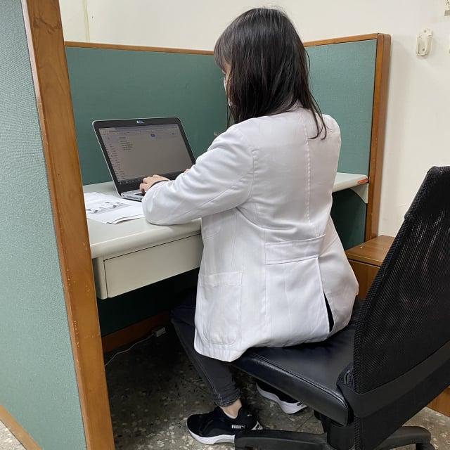 利用辦公室空閒時動一下,達到健身減壓。(衛福部八里療養院職能治療科主任張自強提供)