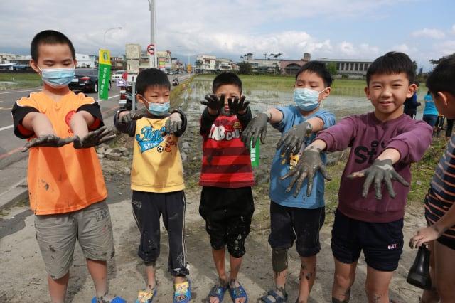 插秧結束,排隊等著洗手的幾位同學。(記者曾漢東/攝影)