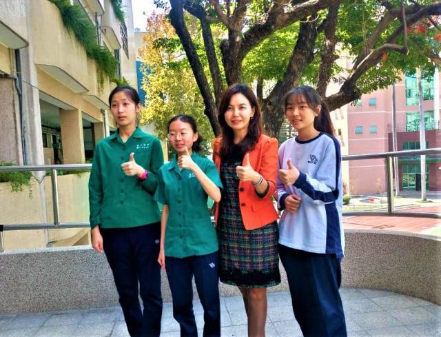 台中女中學生參與社團發展多元興趣,學測也爭取到好成績。(記者黃玉燕/攝影)