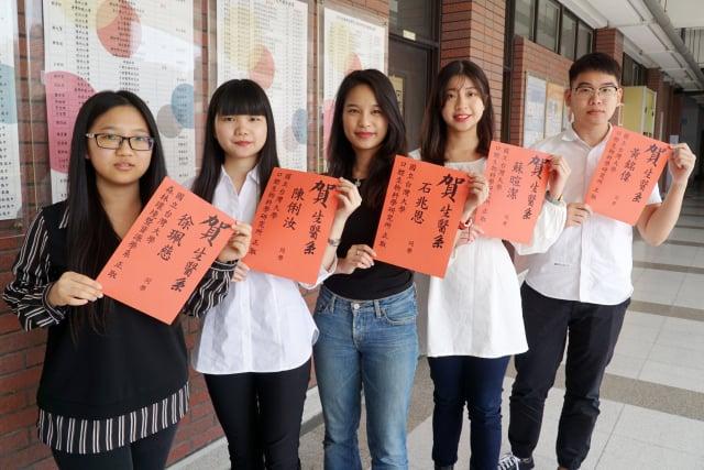 大葉大學生醫系大四生徐珮慈(左一)、陳俐汝(左二)、石兆恩(中)、蘇暄潔(右二)、黃銘偉(右一)金榜題名台大。