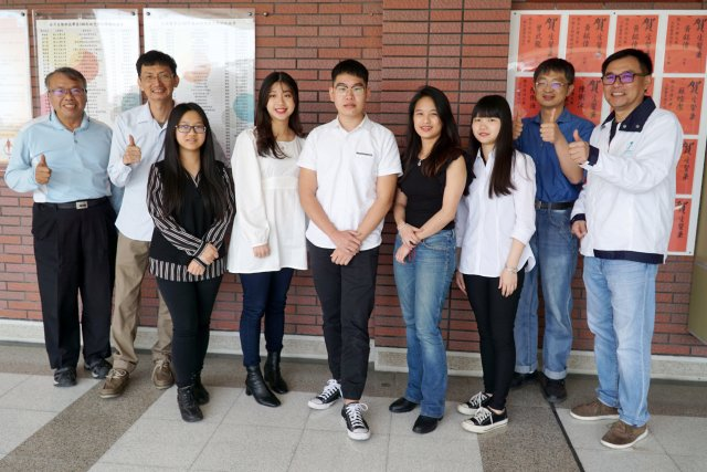 大葉大學生醫系主任黃尉東(右一)與系上老師祝賀五位學生錄取台大研究所 。(大葉大學提供)