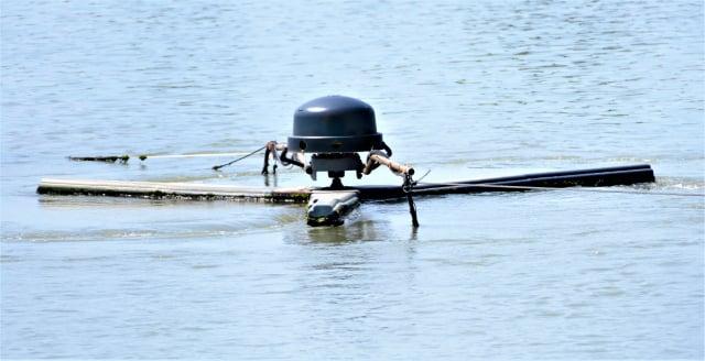 養殖魚塭最重要的就是水質,而池底的爛泥更是關鍵,力佳綠能生技使用太陽能循環水車不斷去清除池底淤泥,保持水質潔淨。
