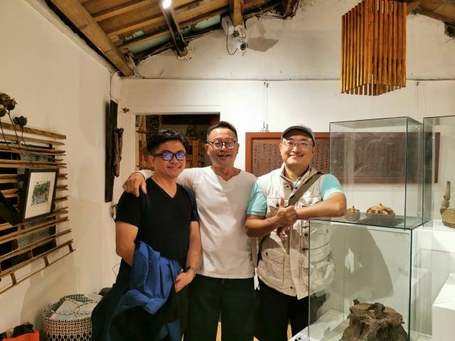 同為關西人返鄉創業,好朋友一起合影,(右起) 羅功奇、賴傳莊和羅屋書院工作室負責人羅仕龍。(羅功奇提供)