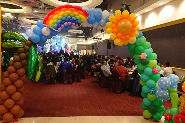 尾牙會場布置,造型可愛的氣球裝置藝術引人注目。(黃金祥提供)