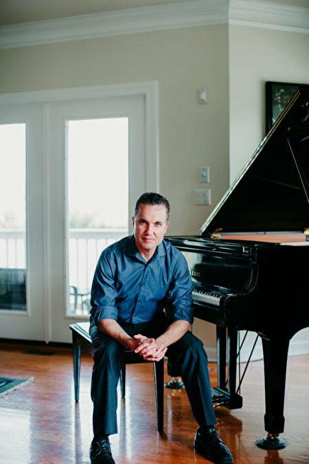 鋼琴兼作曲家埃里克·格努伊斯。(Kirsten Butler Photography)