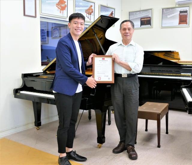 陳清流與鋼琴演奏家蔡銘澔,一起分享鋼琴加裝專利新裝置達到的絕佳效果。(攝影/鄧玫玲)