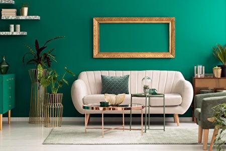 金屬咖啡桌和金色畫框散發光澤,製造立體感。(Shutterstock)