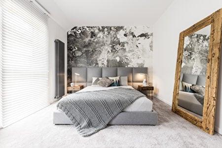 灰色絨布床頭板與床架,木質穿衣鏡。(Shutterstock)