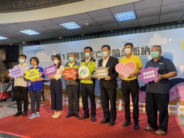 農委會與產業界舉行記者會,主委陳吉仲(右4)宣布,5月起豬隻死亡保險全面納保。(中央社)