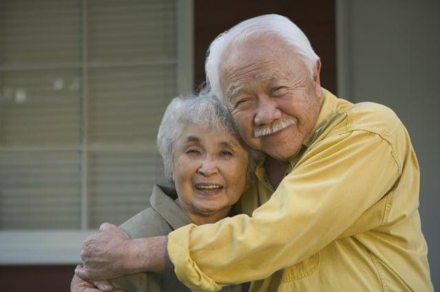80歲的湯姆大叔為了幫妻子化妝,專程去美容學校拜師學藝。圖為示意圖。(Shutterstock)