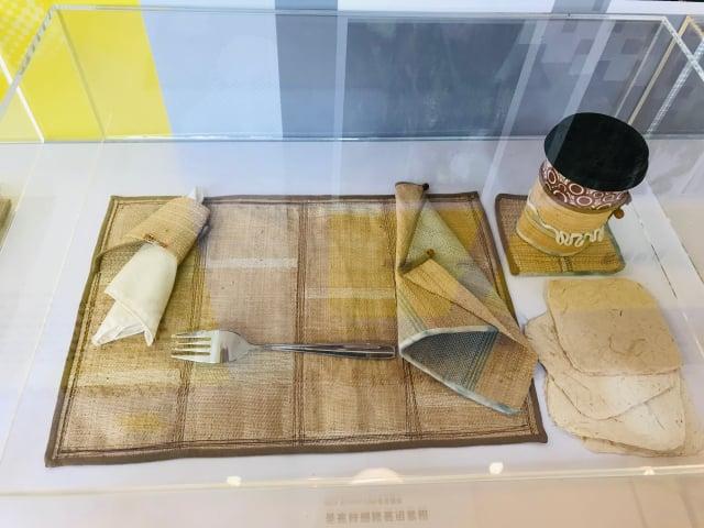 香蕉纖維做的餐具組帶。(攝影/朱孝貞)