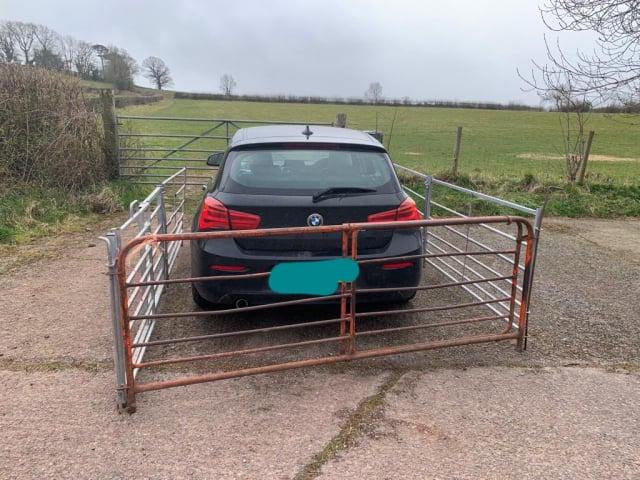 日前有人將一輛寶馬汽車直接停在英國威爾士的一個農場大門前,正好擋住了牲畜的進出口。(杜蘭特議員提供)
