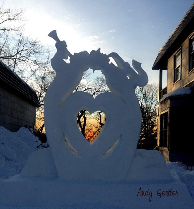 另一個用雪作為原材料的有意義雕塑。(Andy Gertler和Sue Beatrice提供)