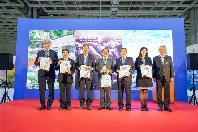 「臺灣智慧農業週」開幕儀式貴賓合影。(貿有展覽提供)