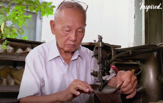 正在製作鞋子的鄭玉。(大紀元)