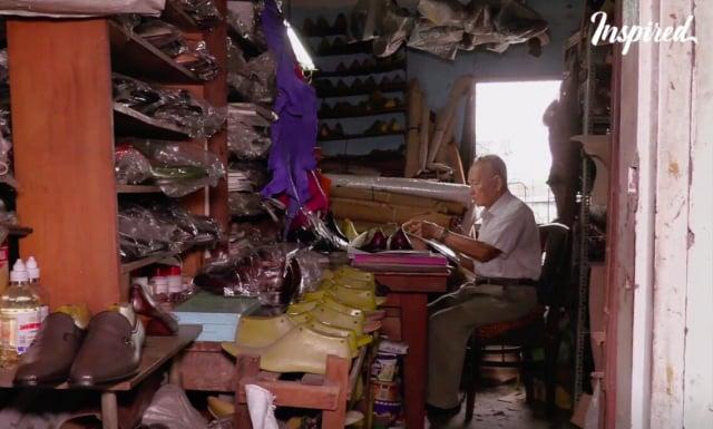鄭玉在其工作室製作手工鞋。(大紀元)
