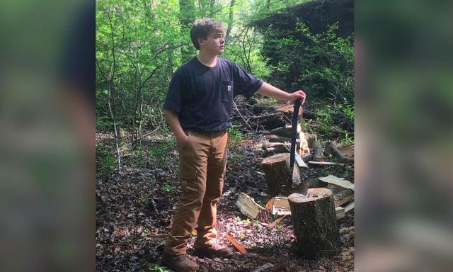 13歲的卡梅倫不僅經營自己劈柴賣柴的生意,更擁有優異的課業成績。(母親克萊恩提供)