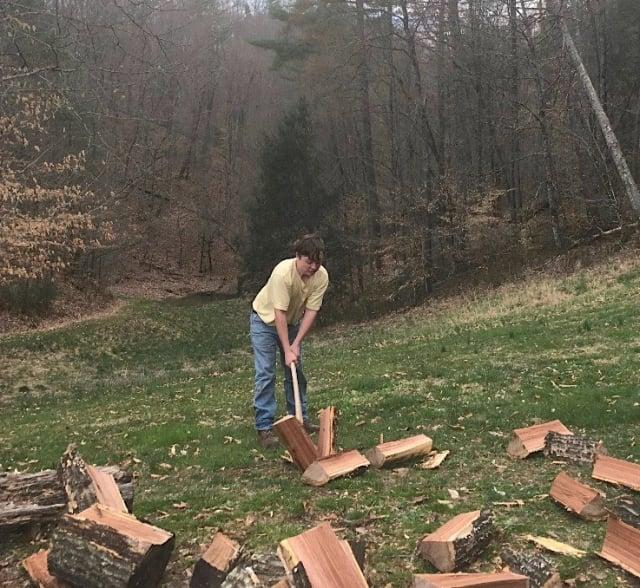 卡梅倫大概從6歲開始就會劈木頭。(母親克萊恩提供)