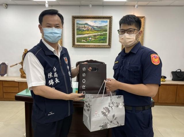 分局長陳錦坤替文化派出所警員李智宏加油打氣。